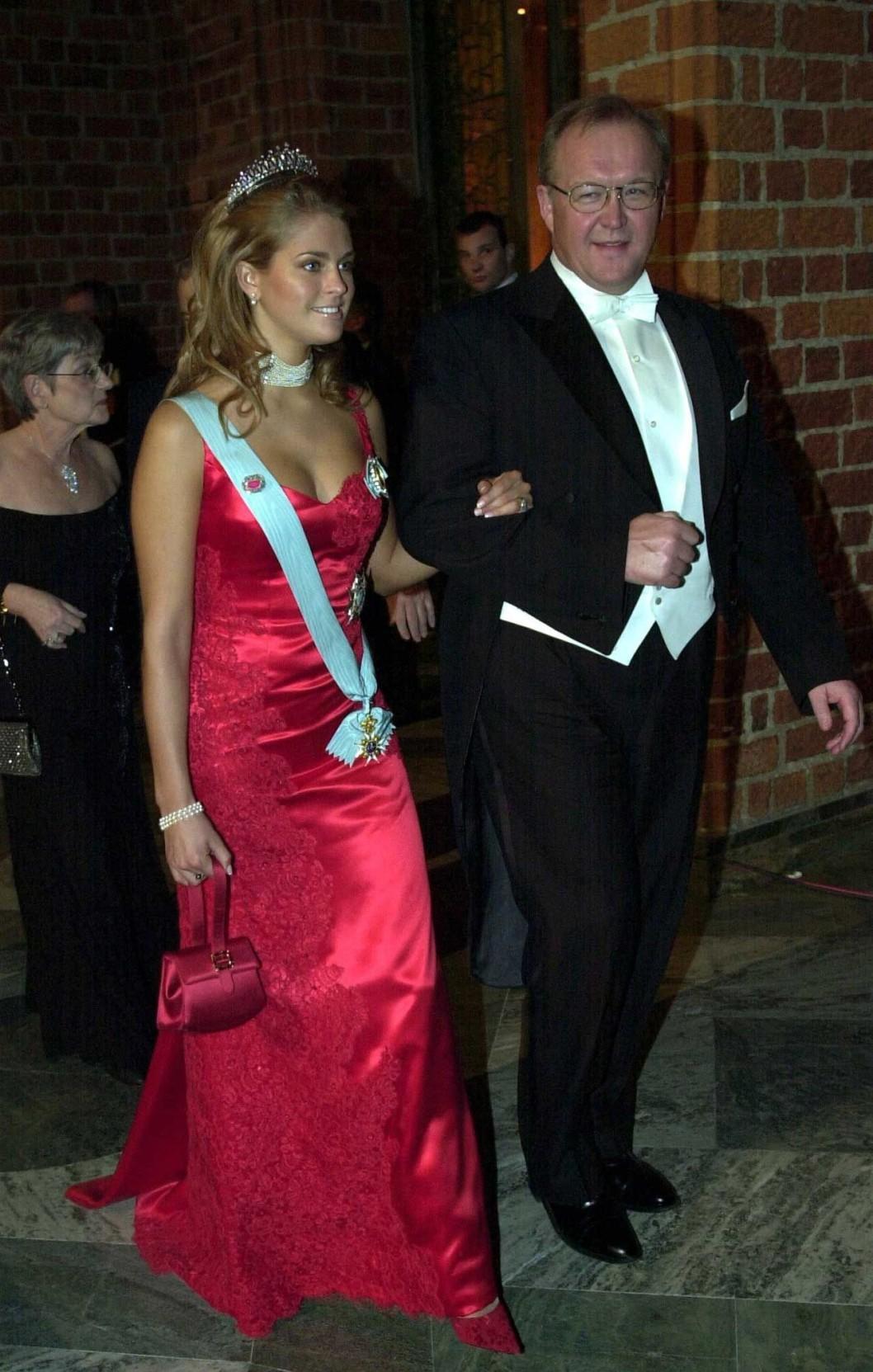 """Нобель 2002 г - платье совместного дизайна принцессы и шведского модельера  Pär Engsheden получило негативную оценку - критиками было прозвано Baywatch ( """" Спасатели Малибу"""" - тв-серия с Памелой Андерсон) - платье за цвет и """" щедрое """" декольте)"""