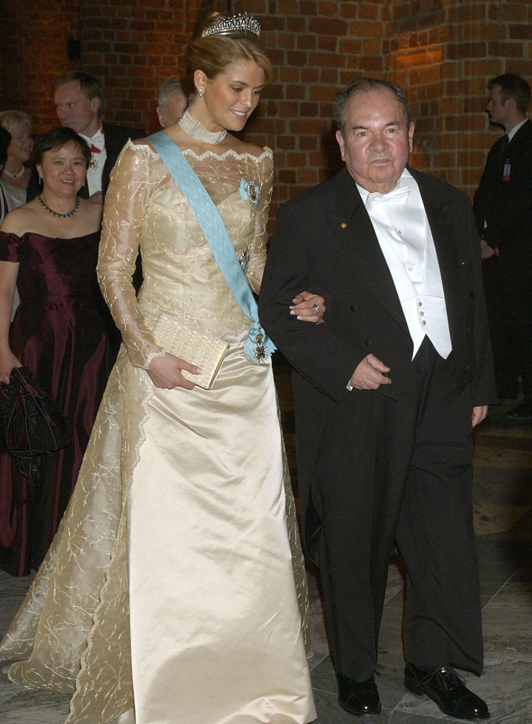 2003 г - Мадлен в результате критики прошлого года была  более одета)