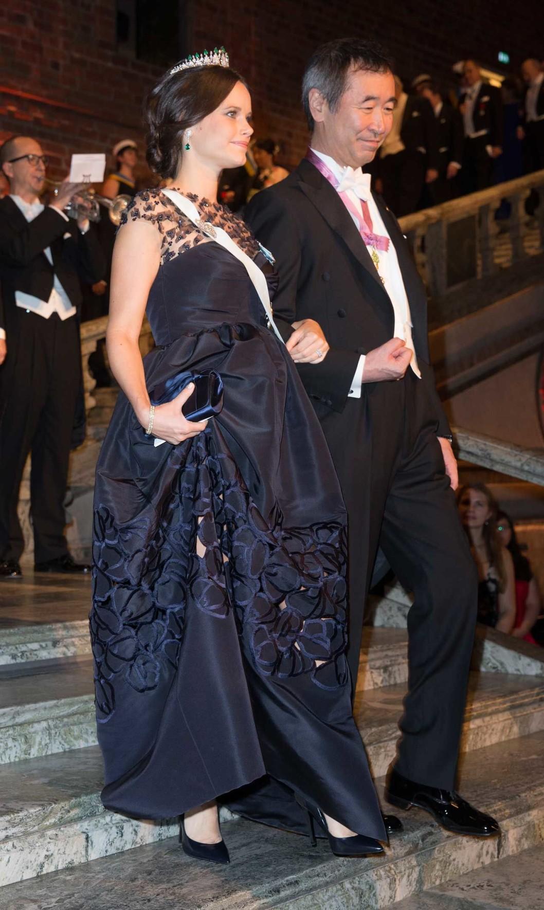 Нобель 2015 г, тёмно-сине-чёрное платье от Oscar de la Renta несколько скрывает, что София ожидает первого ребёнка, тиара - её собственная ( с изумрудами), полученная в подарок на бракосочетание от королевской пары. Платье получило определённую критику за слишком высокую стоимость...