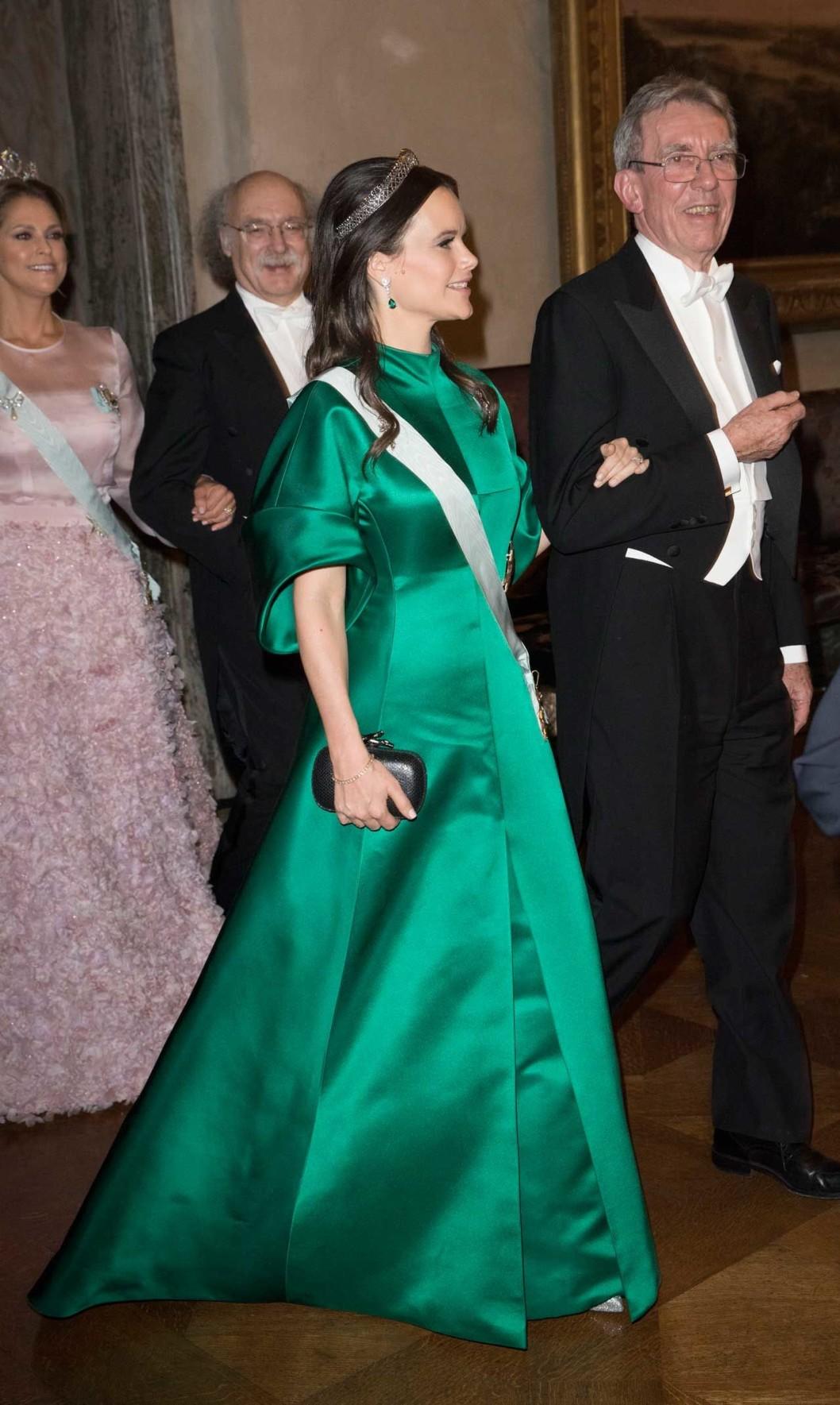 Нобель 2016 г, платье от шведского  House of Dagmar, которое получило одновременно и признание, и некую критику, тиара - королевы Сильвии