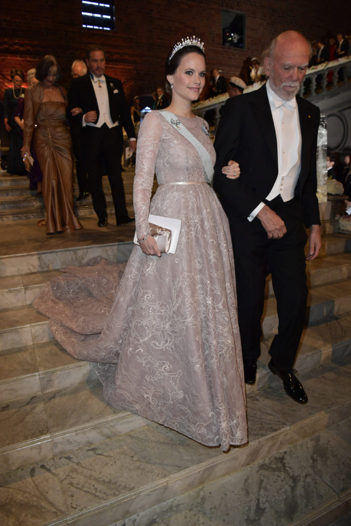 Нобель 2017 г, платье светло-бежевого цвета с кружевами от шведского модельера Ida Lanto, диадема -перемонтировання личная диадема Софии ( вместо изначальных изумрудов поставлен жемчуг)