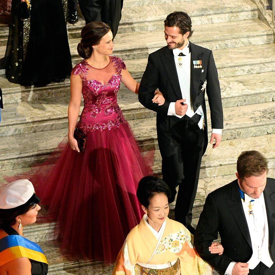 Нобель 2014 г. - дебют на нобелевских торжествах, София ещё в качестве невесты ( помолвка была полгода назад), поэтому -без тиары и с женихом в качестве спутника. Платье от шведского дизайнера Ida Sjöstedt, сатин из натурального шёлка и тюль, с ручной работой из кружев и палеток, Платье получило определённое долю критики за то, что было слишком ....больше похожим для вечеринки, чем для нобелевских торжеств.