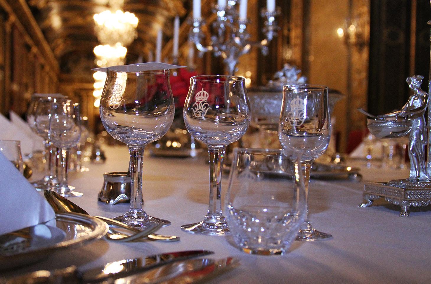 На столе хрустальный сервиз, подаренный королевской паре на их свадьбу  от правительства и парламента страны в 1976 г