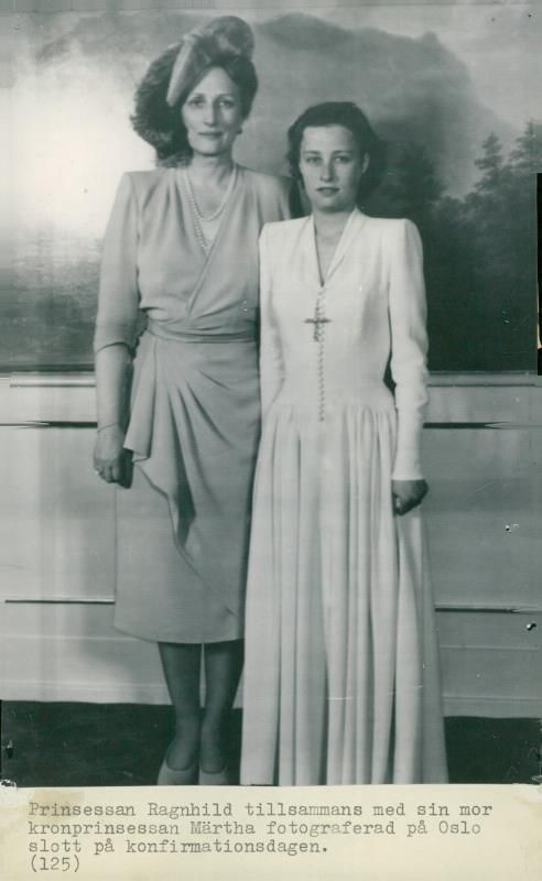 Принцесса с матерью, кронпринцессой Märtha ( урождённой шведской принцессой) в день своей конфирмации в замке (Осло)