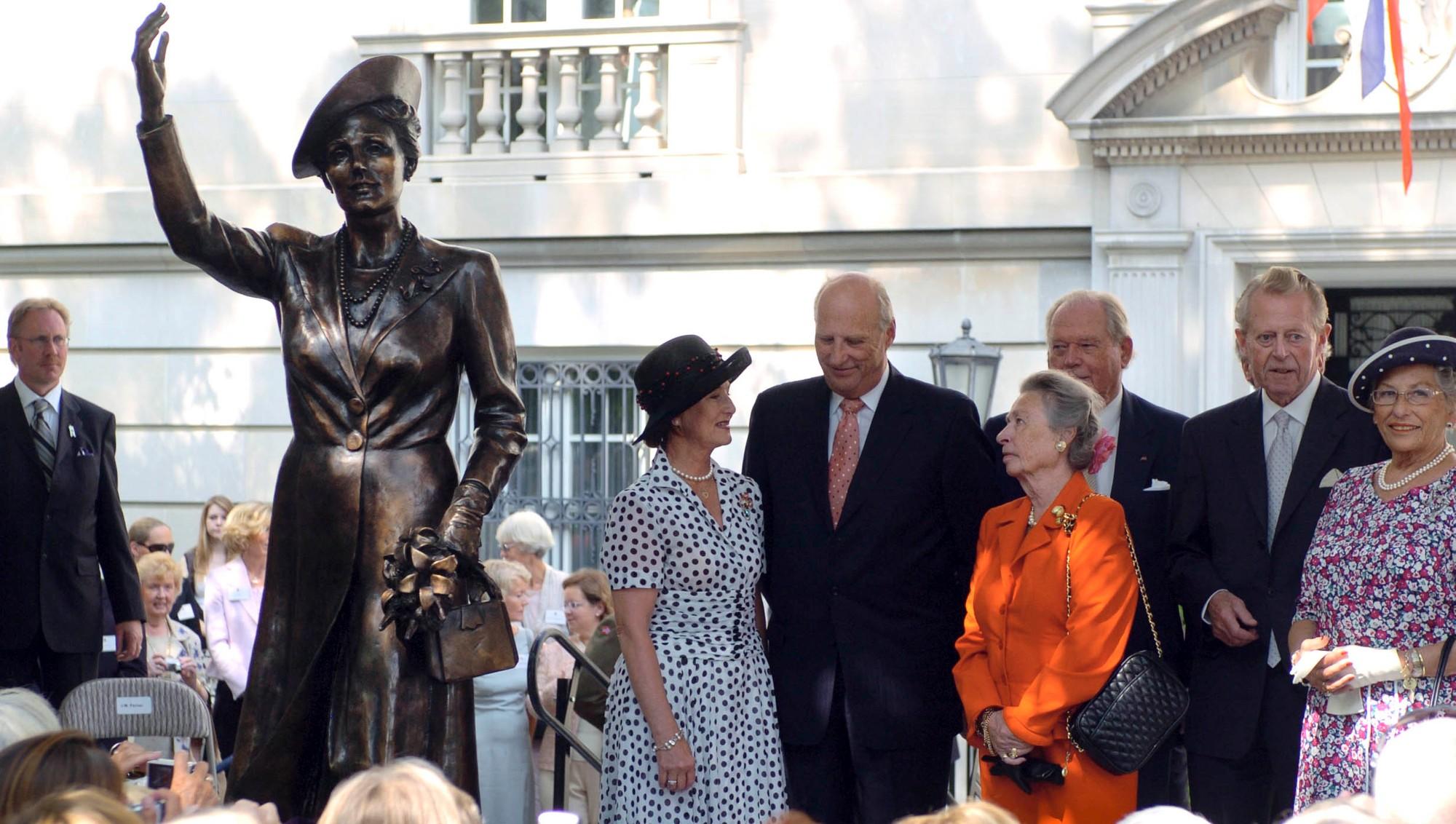Принцесса с супругом на открытии в Вашингтоне королевой Соней статуи, посвящённой кронпринцессе Märtha