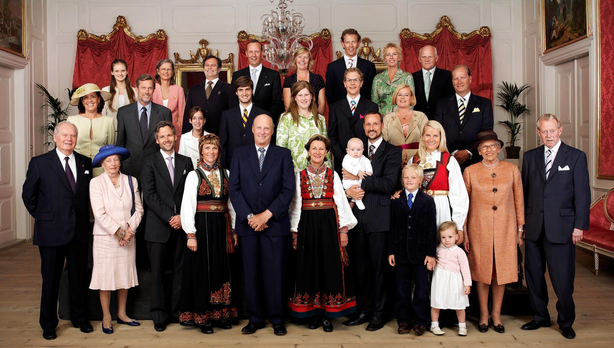 Общая фотография норвежской королевской семьи ( в связи с крещением ребёнка кронпринцпары принца Sverre Magnus)
