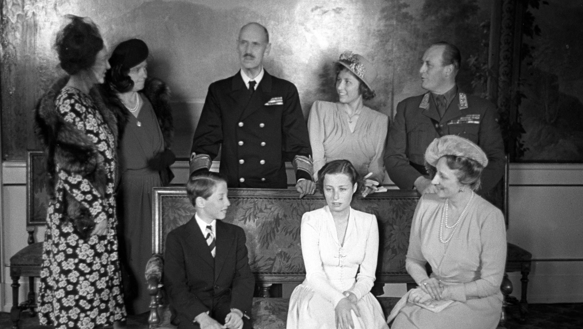 Конфирмация принцессы ( слево направо, стоят — датская принцесса Margaretha, принцесса Margrethe av Bourbon, король Haakon, принцесса Astrid, кронпринц Olav, сидят принц Harald, принцесса Ragnhild и кронпринцесса Märtha)