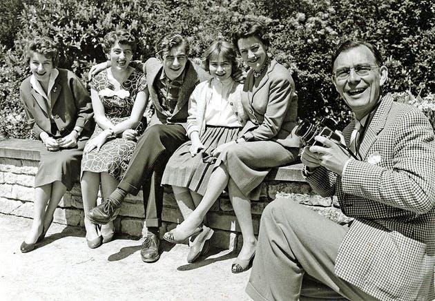 Леннарт ( с фотоаппаротом) фотографирует всю семью, 1955 г ( сын Jan в центре, Карин справа)