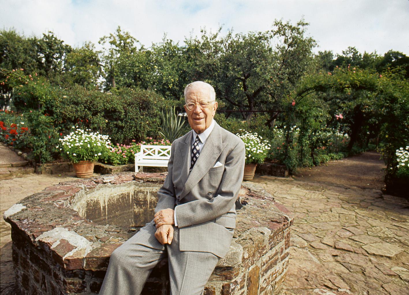 Король Густав VI Адольф отдыхает в своём любимом детище — парке Софиеру, всю свою жизнь он проводил каждое лето здесь