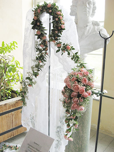 Букет принцессы Виктории Баденской и её свадебная фата, отделанная такими же розами, общий вид