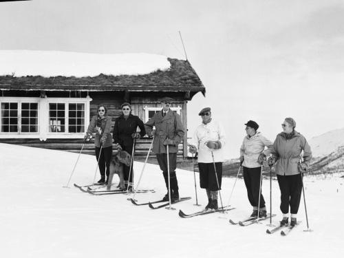 Королевская семья в Sikkilsdalen — принцессы Ragnhild и Astrid, король Хаакон, кронпринц Olav, принц Харальд и кронпринцесса Märtha, 1950 г.