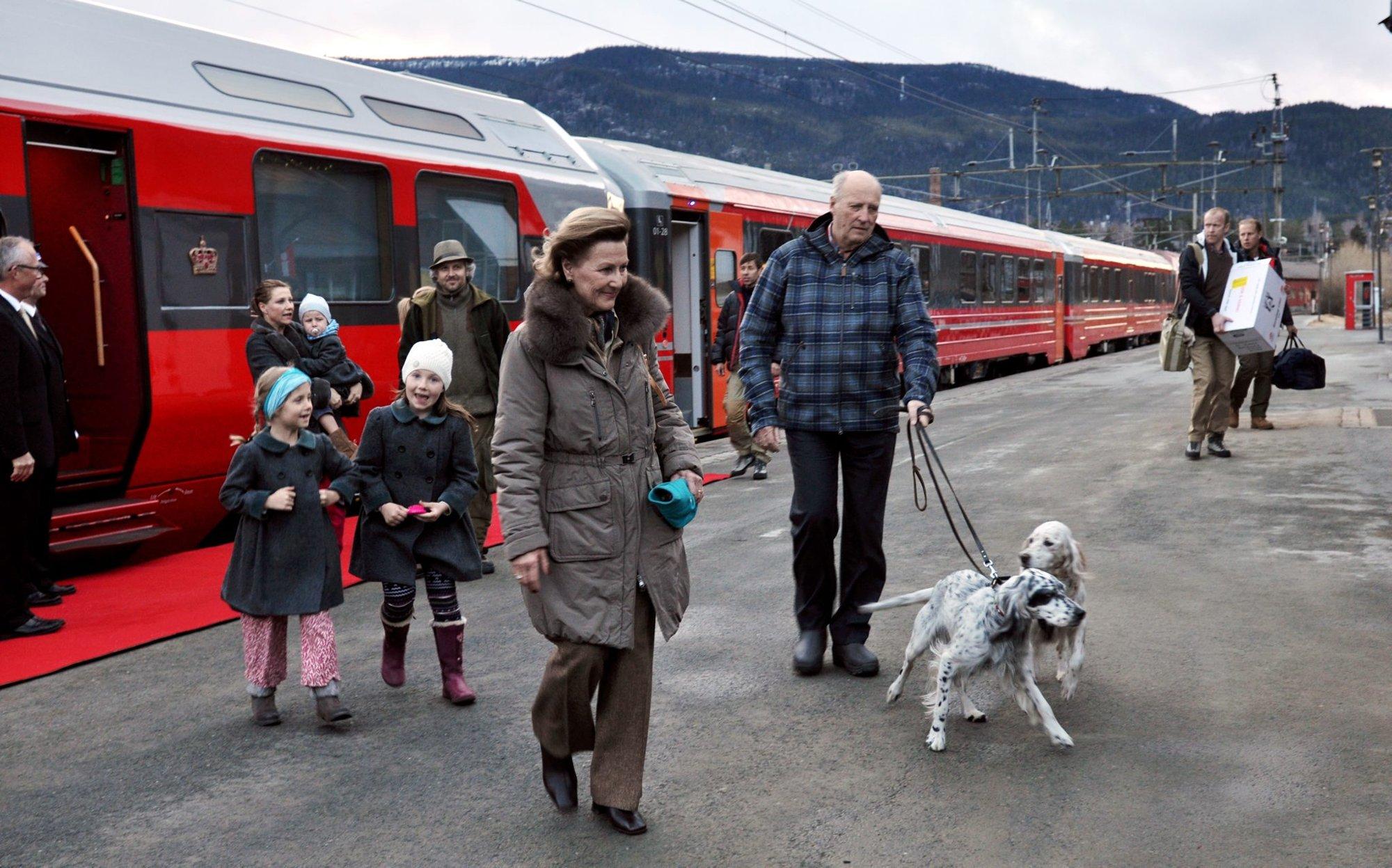 Королевская пара + семья дочери, с Ари Беном и детьми по пути в Prinsehytta, пасхальные каникулы 2012 г.