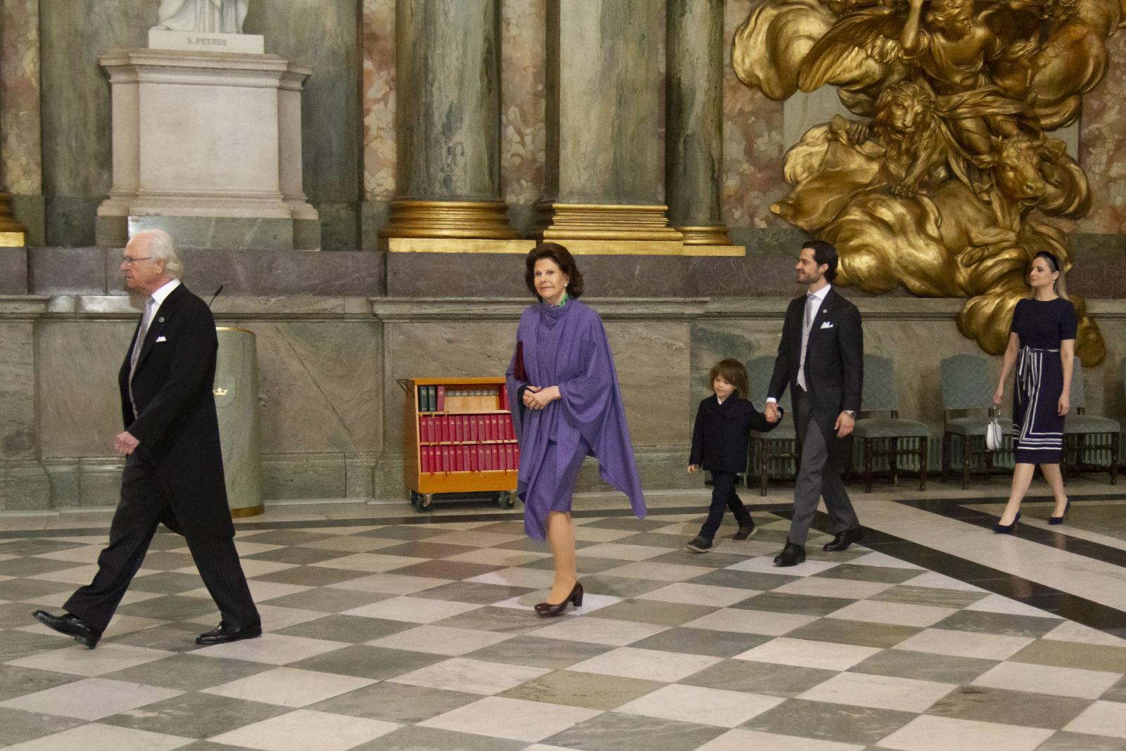 Королевская пара, Карл Филипп с Александром и сестра Софии Лина по пути на благодарственную службу