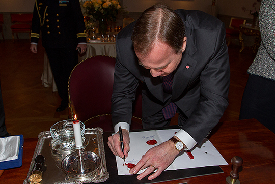 Премьер-министр подписывает свидетельсво для принца Оскара, во дворце Хага