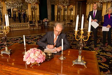 Спикер удостоверяет свидетельское подверждение американских врачей для принцессы Леоноры в королевском замке, г. Стокгольм