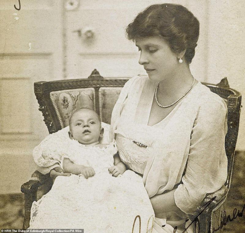 Принц Филипп на руках матери, принцессы Alice of Greece, 1921 г.