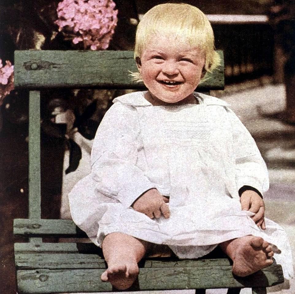 У принца в родословной не было греческой крови как таковой — среди его предков королевские особы из Дании, Германии, Российской империи и Великобритании. Здесь — 1922г , принцу 1 годик:).