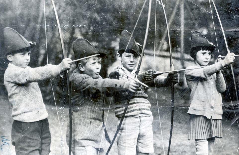 Принц ( второй слева) со своими товарищами в  MacJannet American School, St Cloud, France. Семья обосновалась в Париже после того, как была вынуждена покинуть Корфу и Грецию. Здесь — 1927 г, Филиппу 6 лет