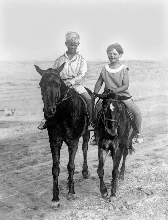 Детство принца было нестабильным, не было постоянного дома. Здесь — на конной прогулке вместе со своим кузеном, королем Михаем ( Румыния) по песчаным берегам Constanza ( Румыния)