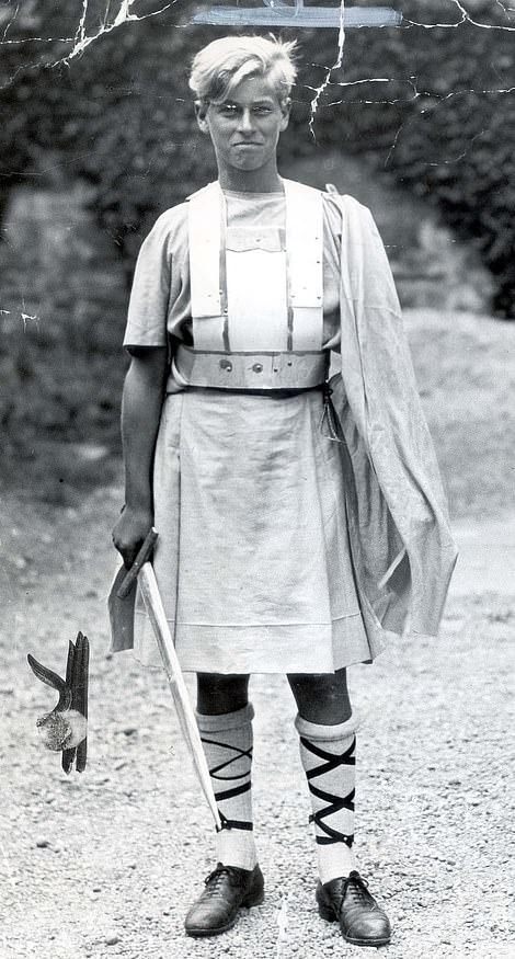 """Принц с удовольствием участвовал и в школьных спектаклях ( здесь — в постановке """" Макбет"""", 1935 г)"""