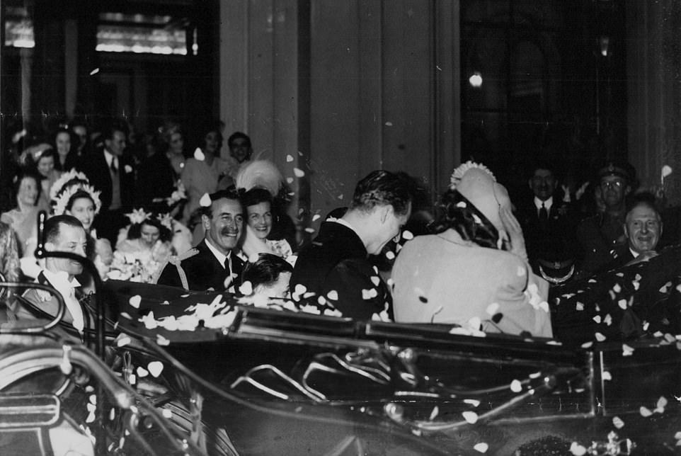 Новобрачные, осыпаемые конфетти, отправляются в свадебное путешествие