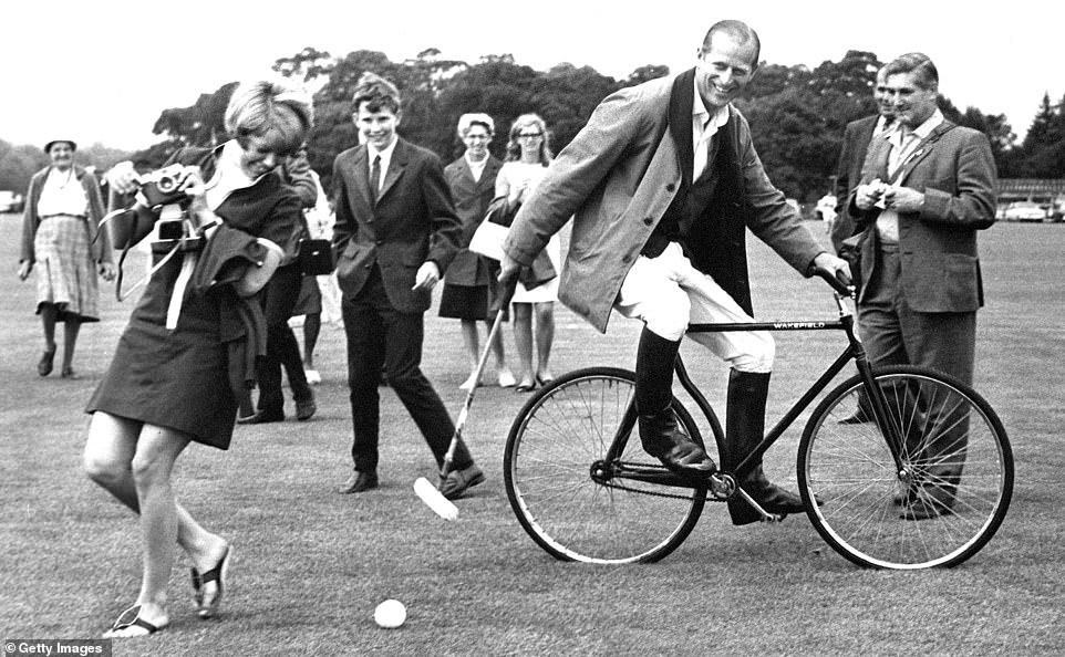 Филипп умел быть и забавным, и посмеяться — здесь он пробует велосипед при игре в поло), Berkshire, 1964 г.