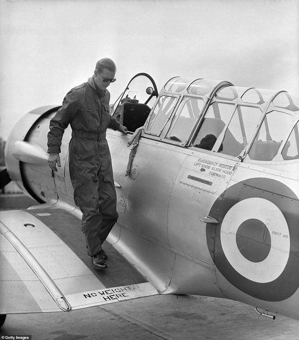 Филипп тренировался и как лётчик — он прекратил летать только в 1997 г, в возрасте 76 лет, к этому моменту у него было налётано 5986 часов, на 59 типах различных летательных аппаратов