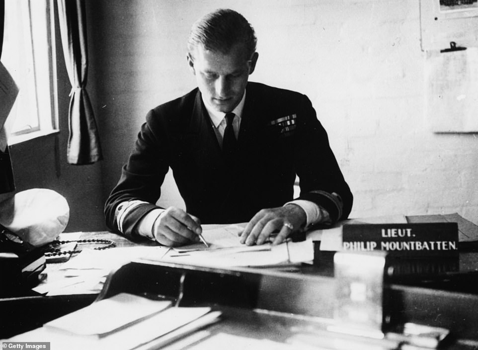 Лейтенант Philip Mountbatten за своим служебным столом на флоте, до брака с принцессой ( 1 августа 1947 г)