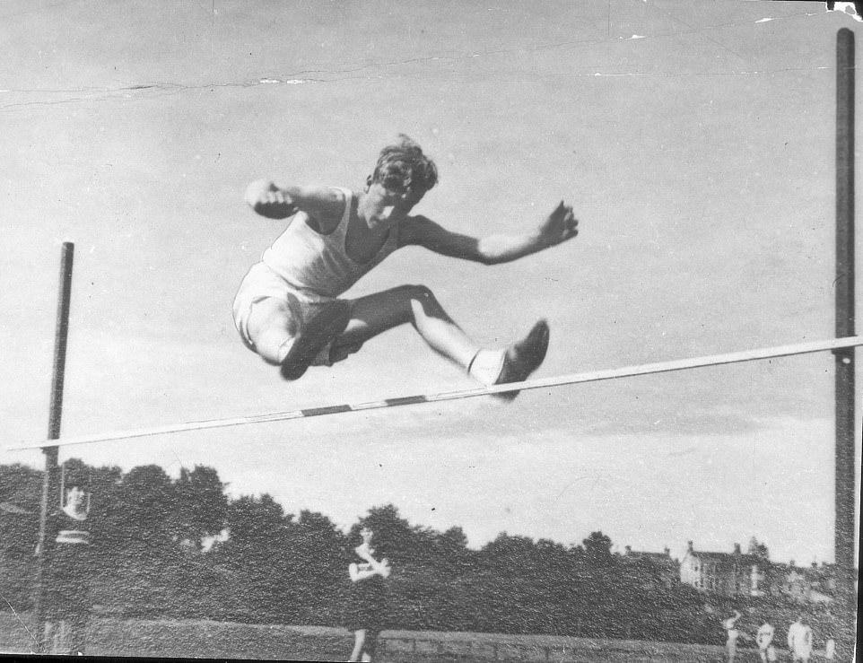 Спорт был очень важен в Гордонстоуне ( здесь на легкоатлетических соревнованиях в школе)