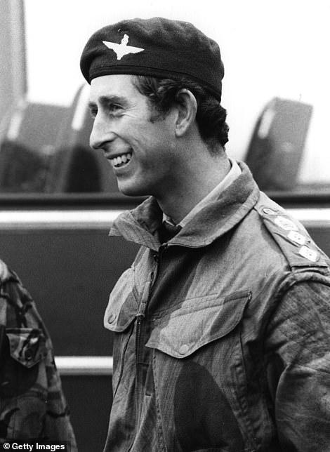 Принц Чарльза вступил в Королевские Военно-Воздушные силы Великобритании в марте 1971 г, служил на флоте, получил квалификацию пилота истребителя и вертолёта