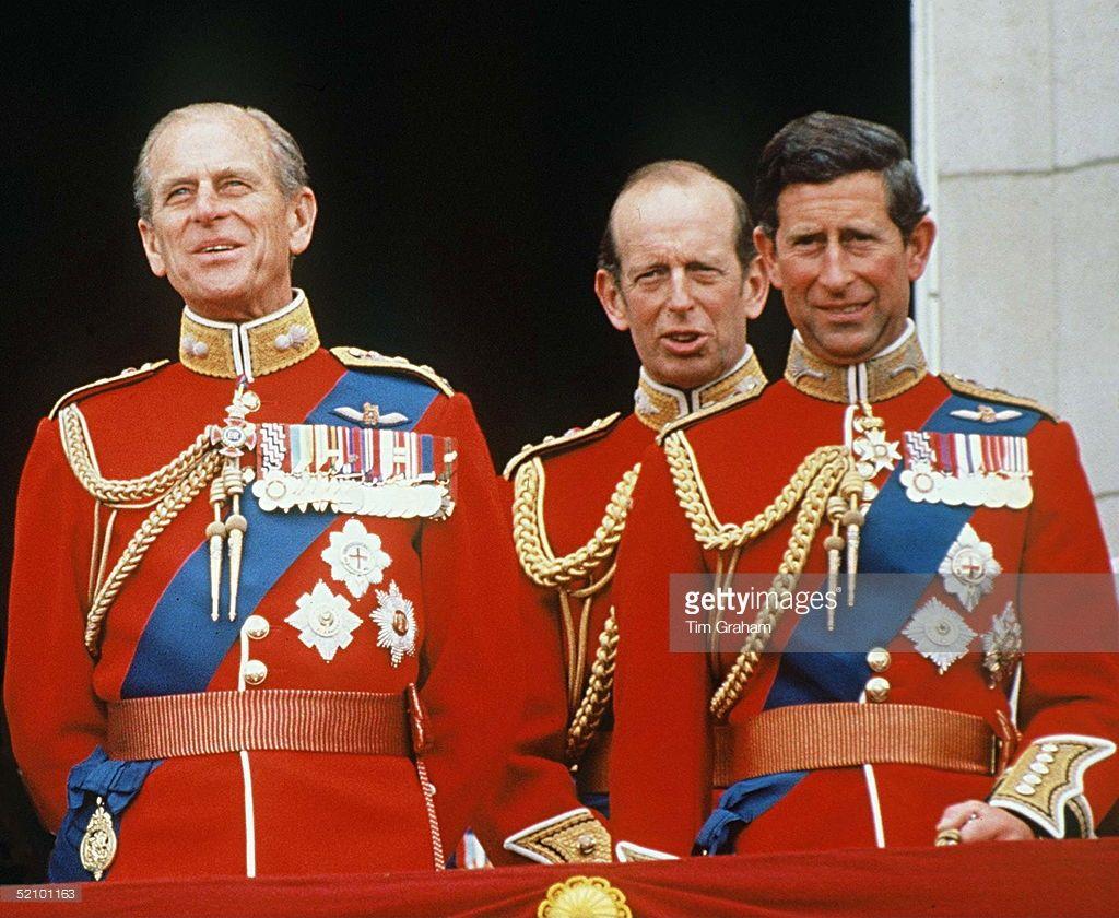 На знаменитом балконе Букингемского дворца
