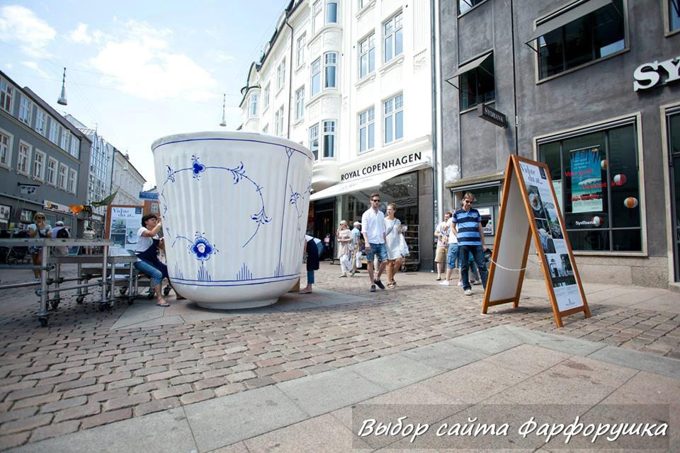 Гигансткая фарфоровая кружка Royal Copenhagen — вблизи фирменного магазинf мануфактуры, на главной торговой улице Strøget в Копенгагене