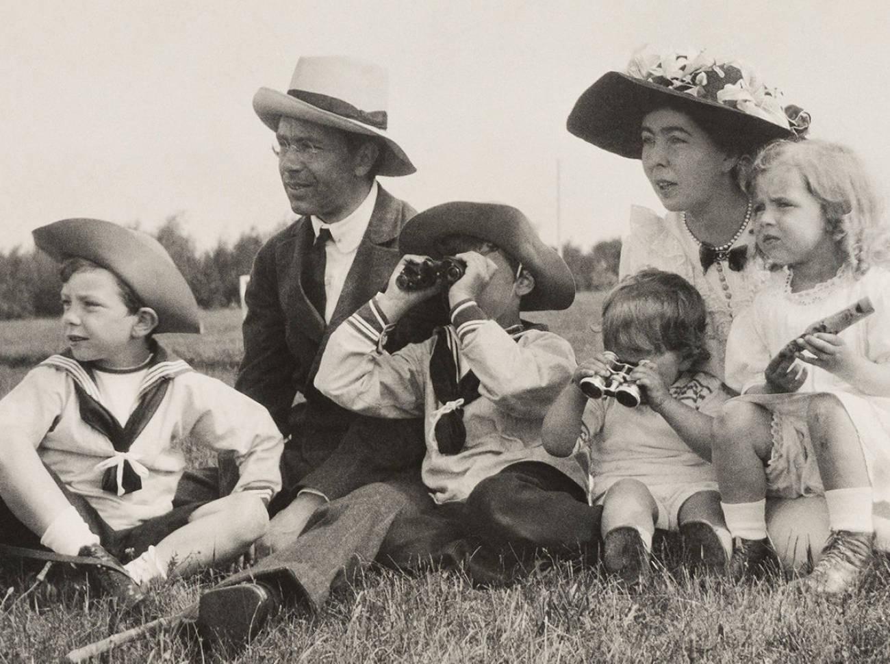 Одно из семейных фото с открывающейся 06/06 выставки - справа налево принц Sigvard, Gustaf VI Adolf, отец нынешнего короля принц Gustaf Adolf, принц Bertil, кронпринцесса Margareta и принцесса Ingrid.