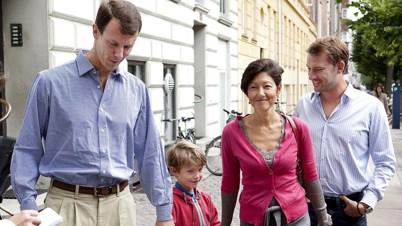 Современная разведённая датская семья — здесь принц Феликс идёт в школус, первый учебный день -и два папы)