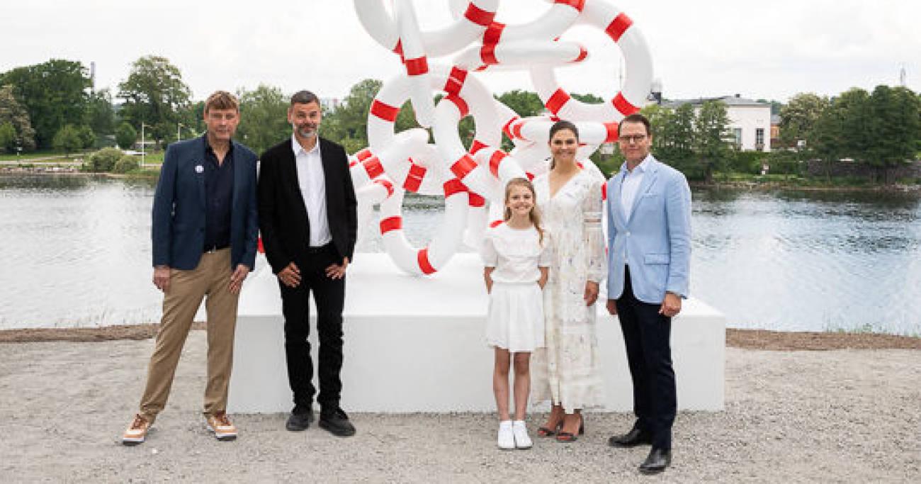 Кронпринцесспара встретилась с художниками вечером накануне, перед днём открытия, принцесса Эстель присутствовала тоже)
