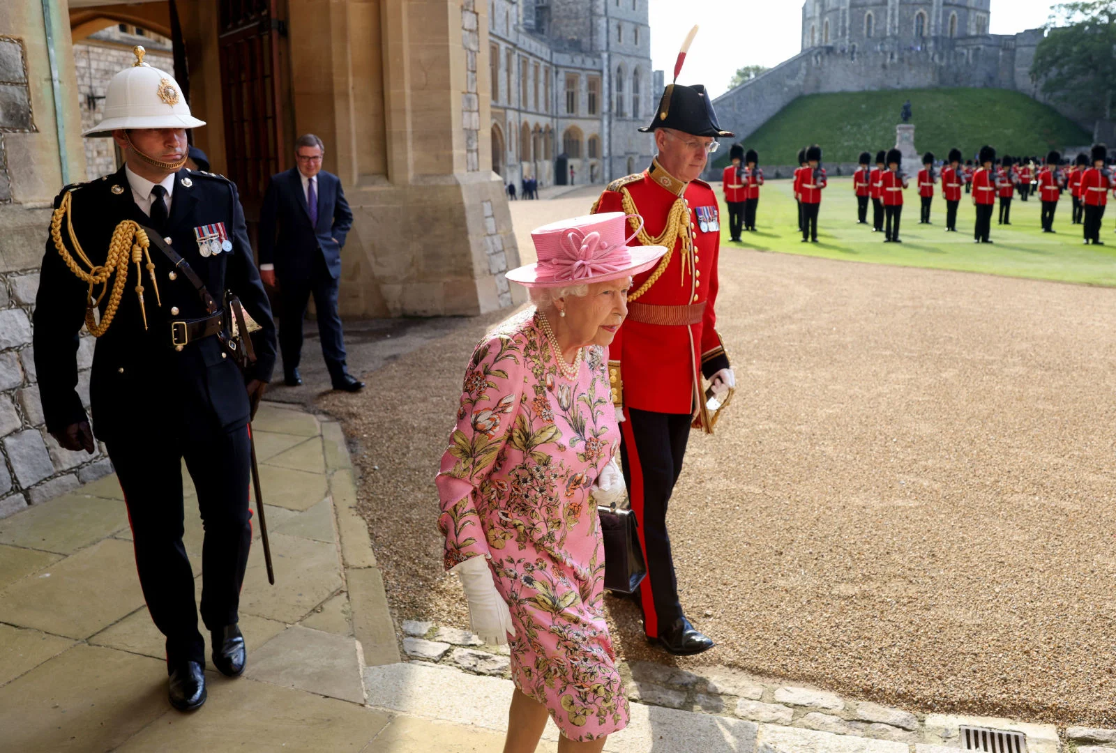 А служение королевы продолжается, уже без супруга... ( здесь - в Виндзорском замке)