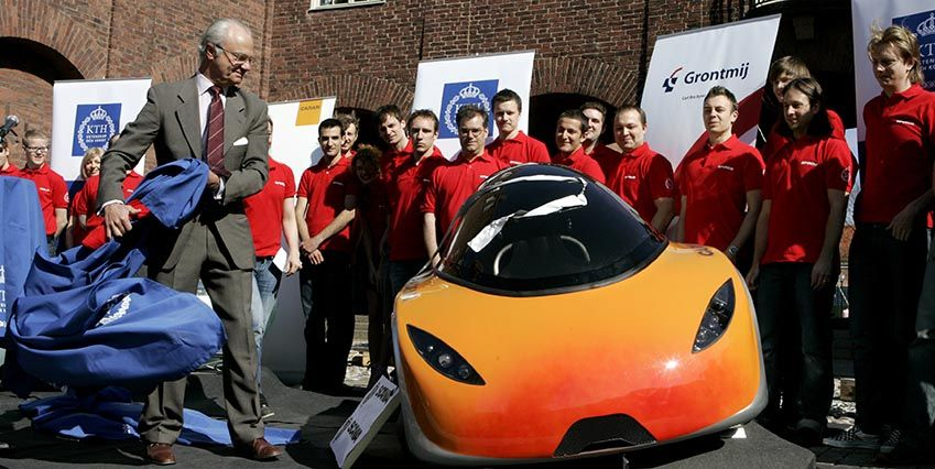Король очень любит автомобили — здесь показывает одну из концептуальных машин
