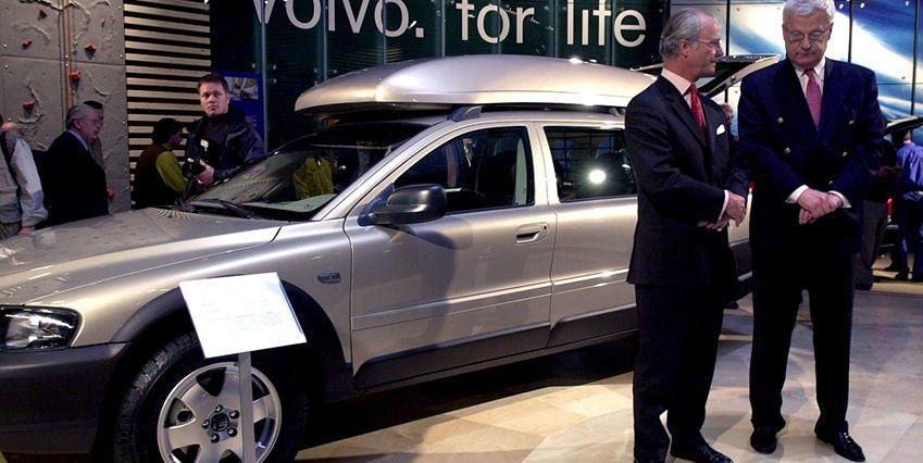 Здесь король презентует машины шведской (ранее) марки Вольво