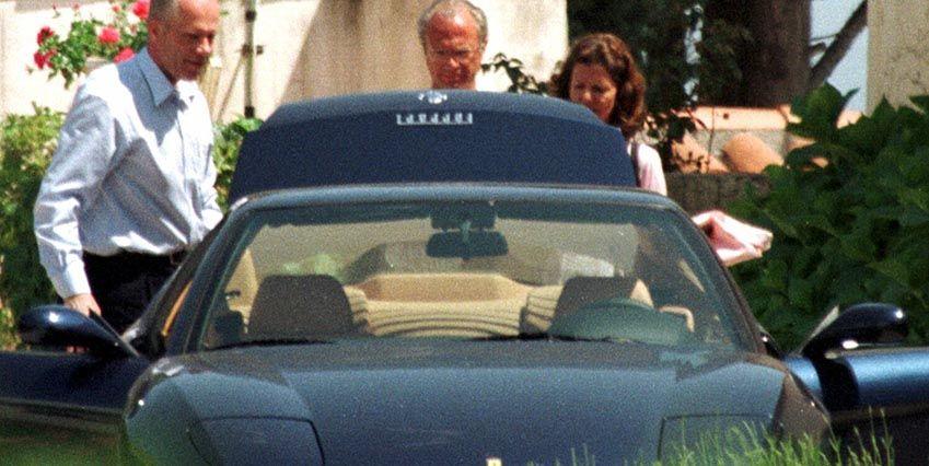 Показ мотора на своей Ferrari ( на Ривьере, где у королевской пары есть дом, наследство принца Бертиля)