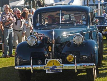 Король за рулём в шоу автомобилей-ветеранов в полученном на 50 лет автомобиле Volvo PV60 1946 г ( его год рождения), с Сильвией, как всегда, рядом