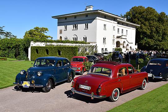 Участники Королевского ралли машин-ветеранов (Svenska Kungsrallyt) собираются для старта в две группы около замка Суллиден