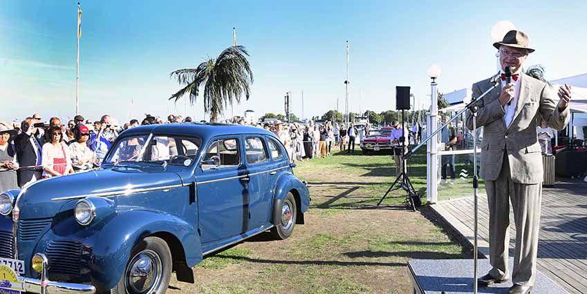 Король произносит речь и открывает ежегодное королевское ралли автомобилей-ветеранов