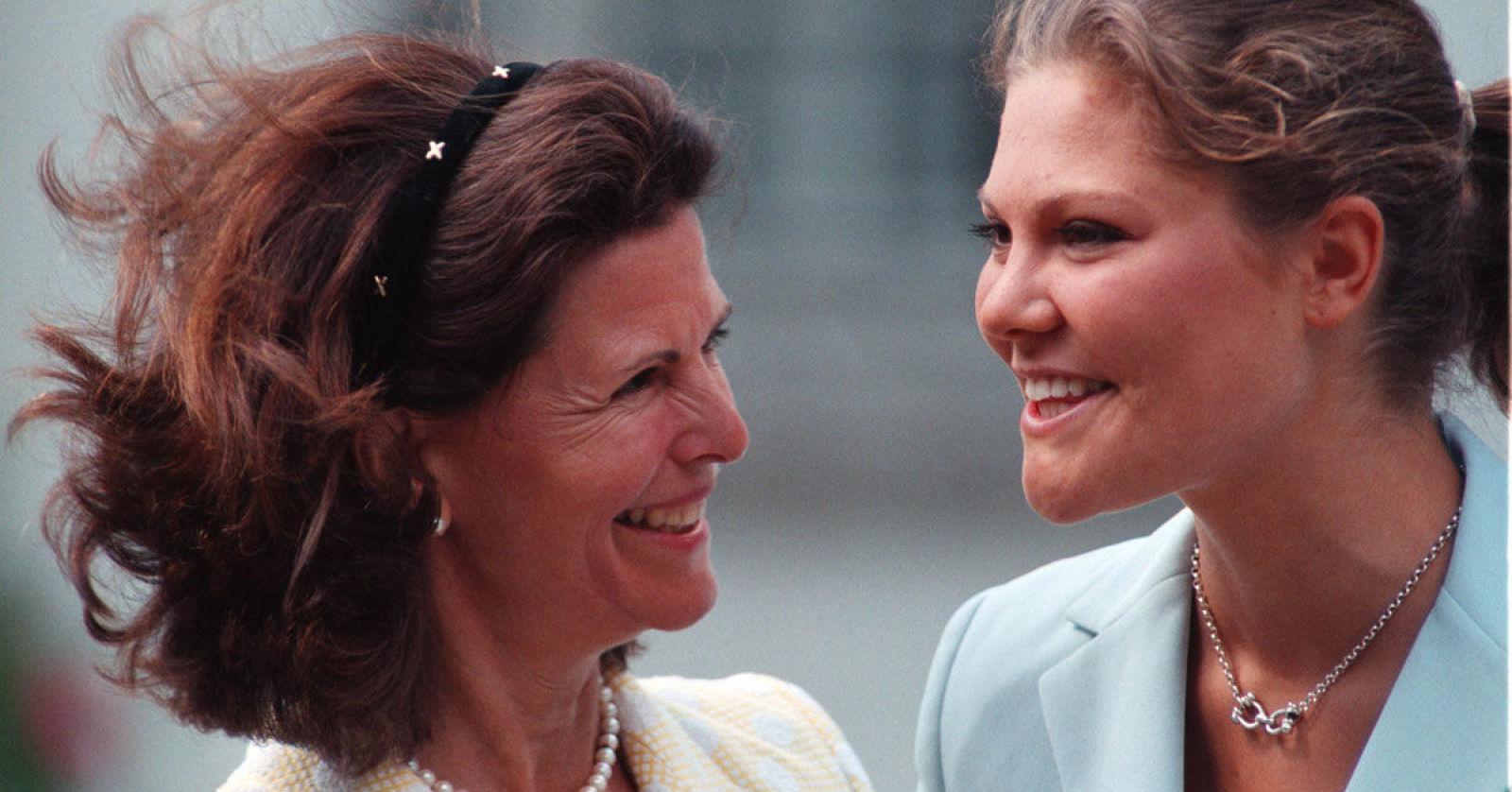 Взрослая дочь-кронпринцесса, отмечающая 44 года и мама-королева - похожи как две капли воды или ?