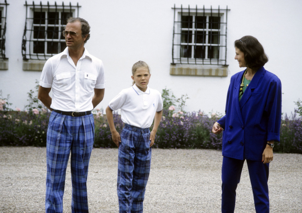 1989 г -мода на шотландскую клетку,  вся семья выбрала её в этот день, поздравления кронпринцессе во дворе Соллидена