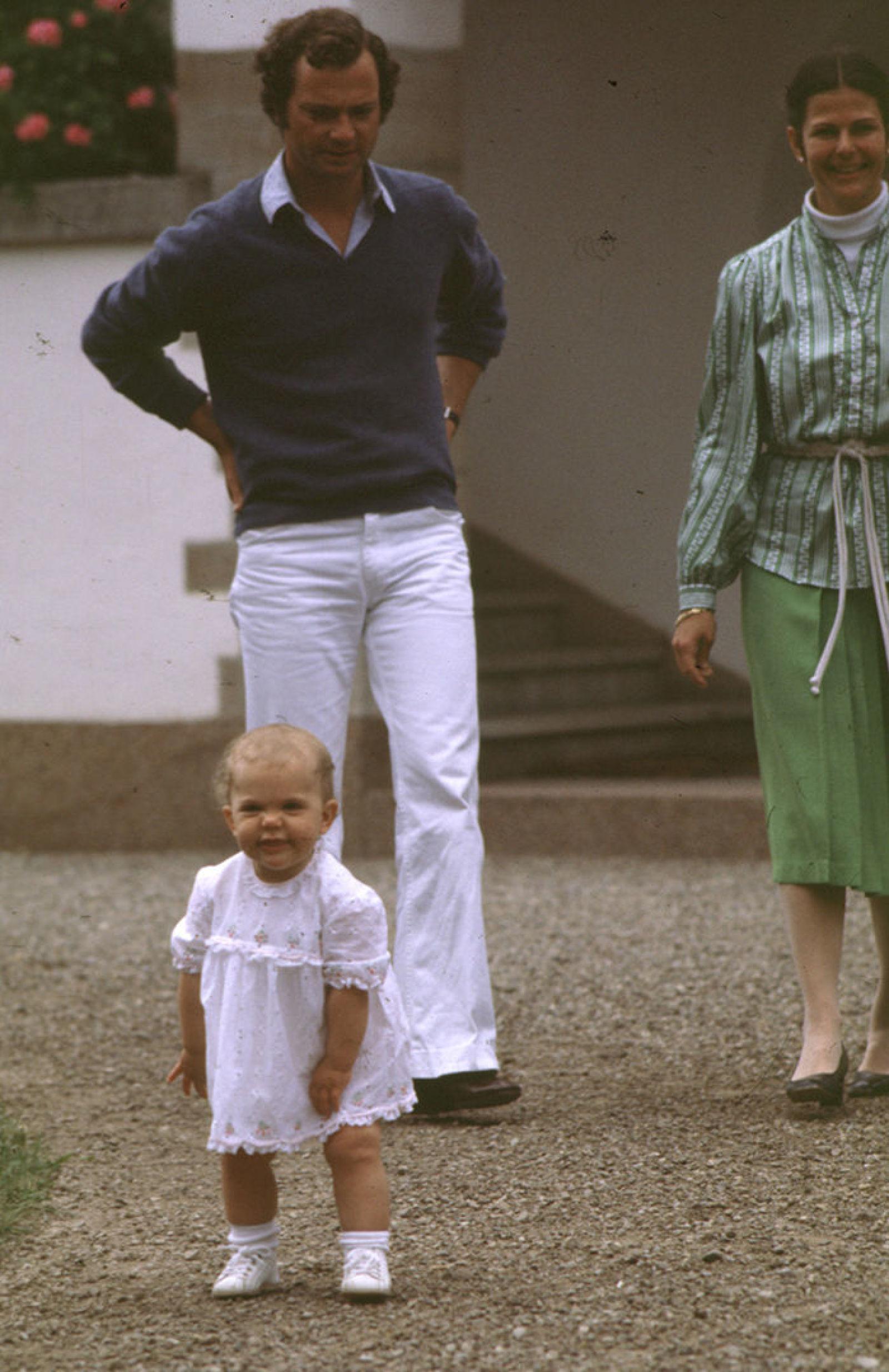 Виктории 1 год, во дворе летнего дворца Суллиден