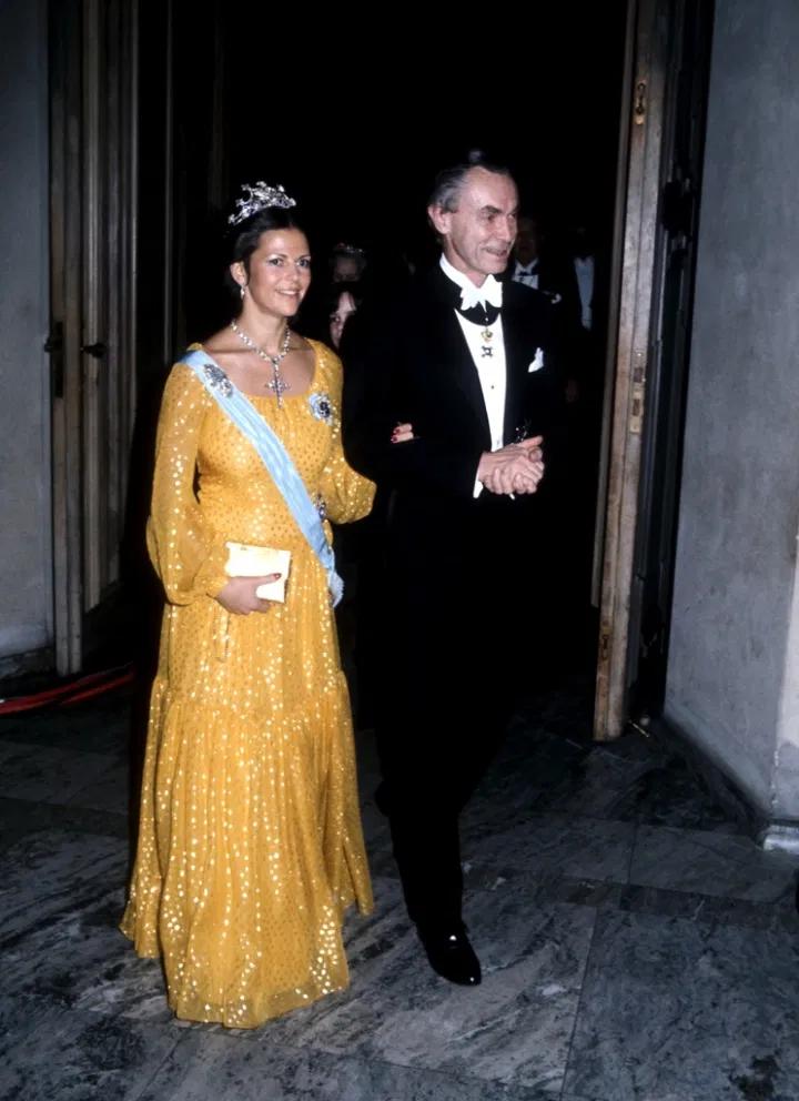1976 г - первый выход в роли королевы на нобелевских торжествах, платье от Кристиана Диора, из шифона, королева уже ожидает кронпринцессу Викторию