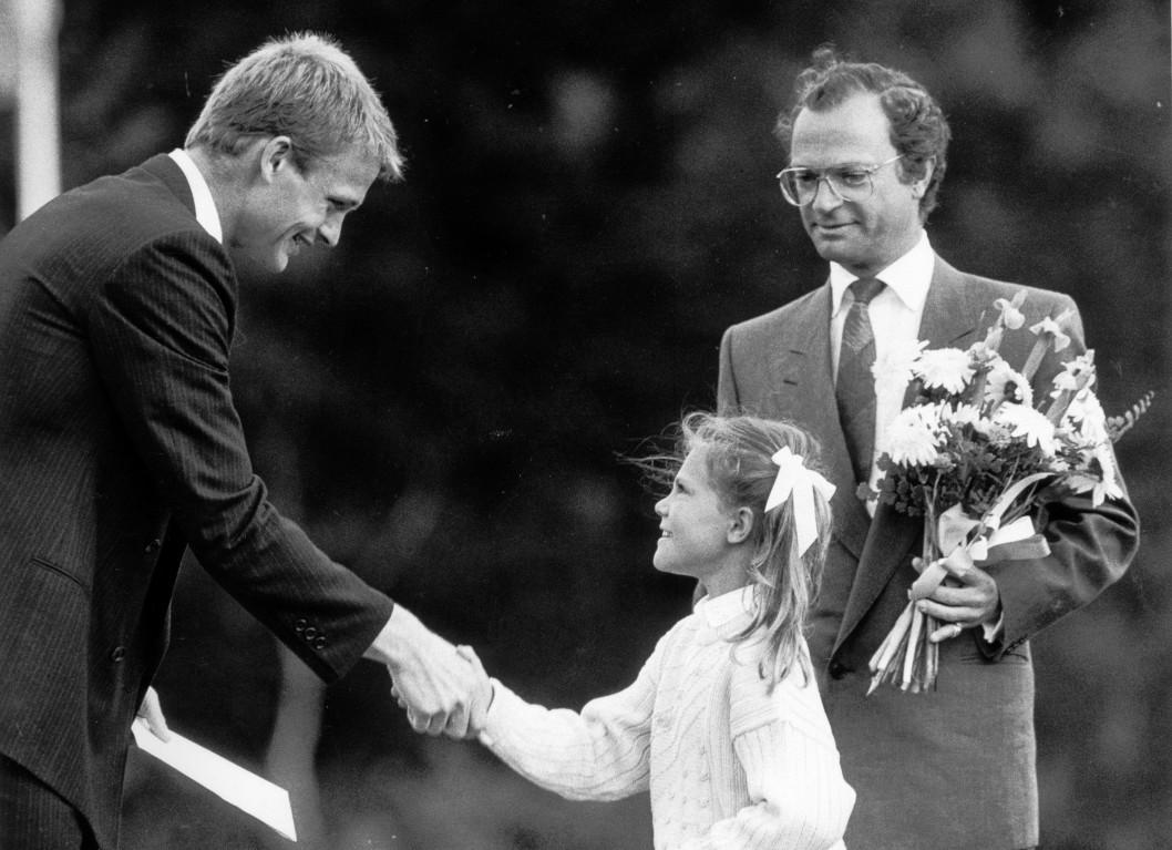 Виктория привычно вручает стипендии, с малых лет). Здесь — 1985 г и футболист Tornbjörn Nillsson принимает стипендию из рук кронпринцессы на праздновании дня Виктории