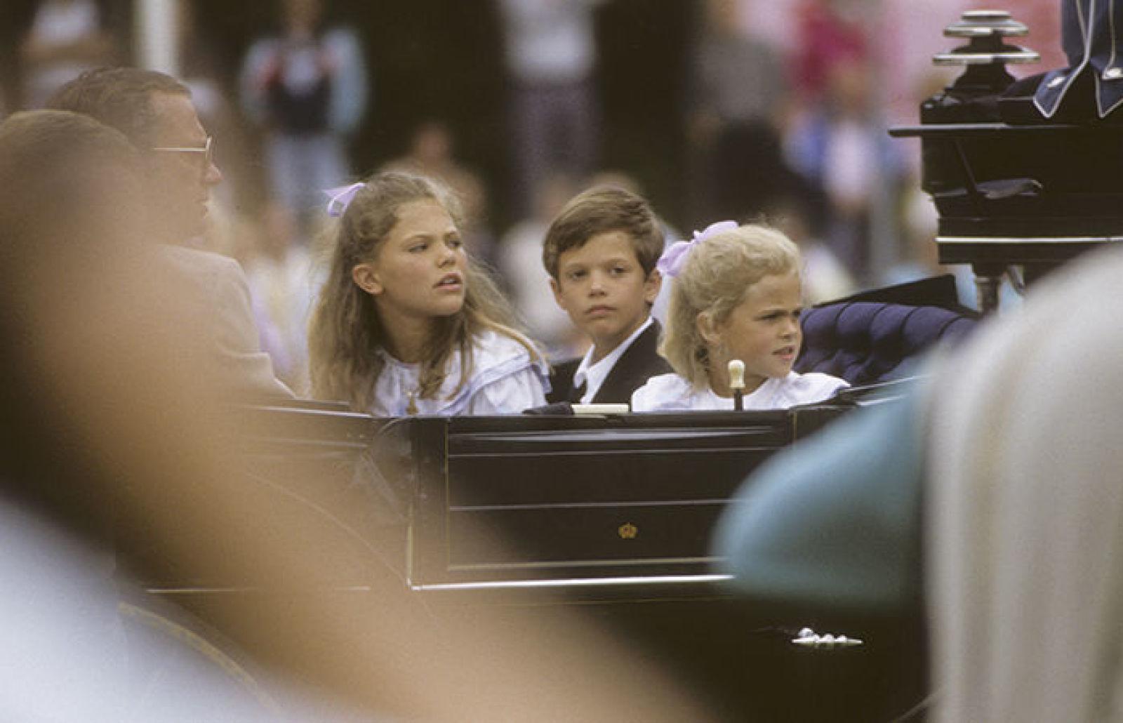 1988 г — королевские дети едут в открытой карете на празднование дня Виктории, на концерт в Боргхольм