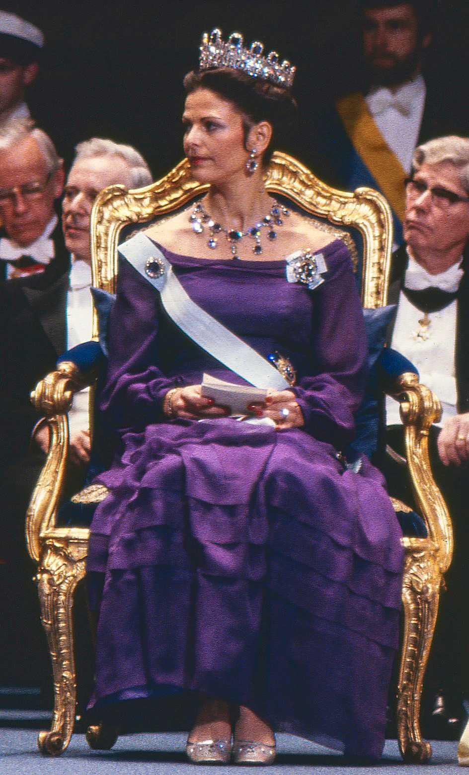 1978 г -платье из лилового шифона было создано придворной портнихой Olga Persson, к нему Сильвия выбрала ставшие затем её любимыми Лейхтенбергские сапфиры.