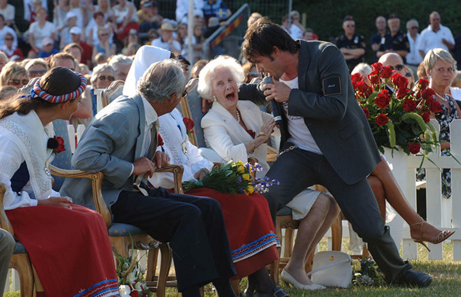 На праздновании 28 дня рождения артист Martin Stenmarck предподнёс сюрприз принцессе Лилиан